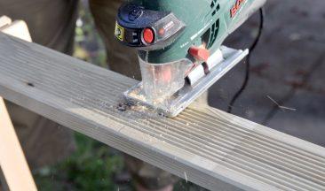 Für das Hochbeet habe ich kesseldruckimprägnierte Terrassendielen verwendet. Sie mit einer Stichsäge zu schneiden geht schnell.