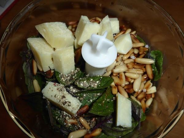 Hier noch ein Bild vom Herbst: Pesto mit Strauchbasilikum. Die Mixschale ist als Zubehör des Pürierstabes besonders praktisch, um ein Pesto selber zu machen.