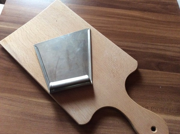 Käsespätzle selber machen Anleitung und Rezept mit Brett und Spätzleschaber