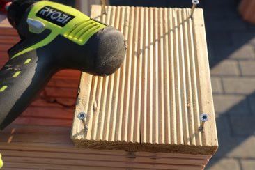 So wird es einfacher: Schrauben für die Seitenteile vorschrauben. Anlegen, ausrichten, anschrauben. Die Torx-Schrauben schätze ich, da ihre Köpfe bombenfest auf dem Bit sitzen. Nie wieder Kreuzschlitz :-)