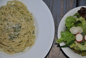 Pesto selber machen: Rezept für das ganze Jahr. Im Frühjahr startet man mit wundervollem Bärlauch, dann kommt die Basilikumsaison. Und danach? Wie wäre es etwa mit Ruccola oder Feldsalat.