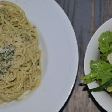 Pesto selber machen: Nicht nur mit Basilikum ein schneller Genuss