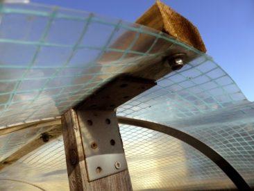 So werden die Winkel an den am langen Ende angeschraubten Dachlatten angebracht. Das Dach ist so sehr stabil. Tipp: Dach Auflegen, die Flachstangen etwas hochdrücken (die Last drückt sie um ein paar Zentimeter herunter), den Abstand bis zum Montagepunkt innerhalb des Hochbeets messen und dann erst die Latten ausmessen, sägen und montieren. Dann das Hochbeetdach herunternehmen, die Latten anschrauben und die Konstruktion mit lediglich vier Schrauben und mittels der Winkel fixieren.