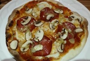 Pizza selber machen Rezept wie beim Italiener, gebacken auf Schamottestein
