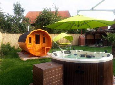 Kein Gartenhaus, aber eine Fasssauna. Dann noch so ein Pool dazu, Wellness hinterm Haus!