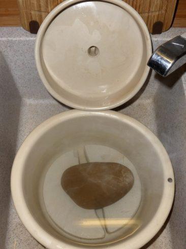 Der Gärtopf, auch neu, wird lediglich mit sehr heißem Wasser geschrubbt. Eben noch das alte Kraut entfernt, habe ich Schwamm und Bürste zum Reinigen verwendet. Zum Schluss drei Liter gekochtes Wasser reingeleert und auch die Beschwerungssteine und den Deckel damit ausgespült.