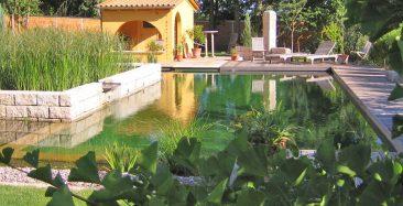 Zwar weniger bepflanzt, aber nicht minder einladend und gut für die Natur - ein Naturpool mit mediterranem Badehaus. Foto: © Pool for Nature