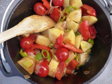 Gemüse, Kräuter, gewürze rein, mit Fond aufgißenen.