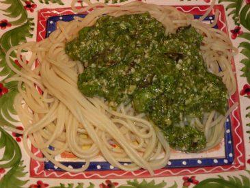 Und wenn ihr trotz Planerei doch zu viel Salat habt? Macht doch mal ein Kopfsalat-Pesto. Schmeckt genial! (Da der Stabmixer mittendrin aufgab, leider etwas große Parmesanstücke darin)