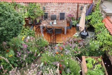 Garten neu anlegen war das Ziel nach dem Umzug. Kleiner Garten mit vielen Blühpflanzen und Hochbeeten und Sitzplatz. Nach wenigen Monaten sah das bereits gnz gut aus, natürlich auch dank der Hochbeete.