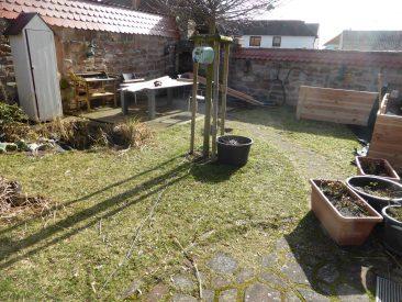 Platz im noch jungfräulichen Garten und der Tisch diente als Unterlage für die Elementeproduktion.