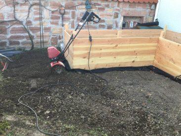 Der Boden ringsrum ist übrigens mit einer tollen Elektrofräse von Mantis gefräst. Es gibt größere, aber der kleine Garten mit seinem runden Weg, da passte das Gerät, welches wirklich 25 cm tief und locker fräst. NAch dem Bau der Hochbeete habe ich übrigens gleich Unkrautvlies unter die Kanten geschoben (am Boden, zusammengerollt). Das diente für den später mit Rindenmulch ausgelegten Beet als Wildwuchssperre. Klappt zuverlässig und sieht weit mehr als ein Jahr später noch sauber aus.