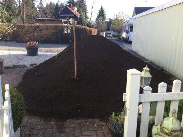 Mittlerweile kam die Erdlieferung. Mutterboden mit 25 % Kompostanteil... 9 Tonnen.