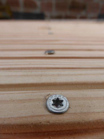 """Der Handwerker würde sagen """"nie die Schraube ins Holz reindonnern!"""", soll heißen, dass man sie möglichst bündig einschraubt. Hartholz ist zwar nicht so empfindlich, dennoch neigt so das Holz zum Einreißen. Gerade an Kanten."""
