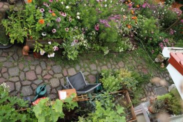 ... Diese haben sich gut ins Gesamtbild eingefügt. Wie übrigens auch die im Text erwähnten Blumenhochbeete aus Altholz vor dem Gartenhaus.