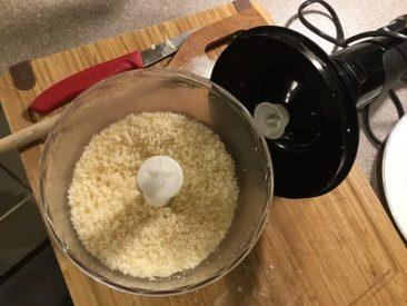 """Den Käse """"reibe"""" ich bei solchen Mengen schnell mit dem Pürierstab. Unser Braun hat diese extra Schüssel mit Messer hierfür. Pesto, Kräuter hacken, etc. alles kein Problem hiermit."""