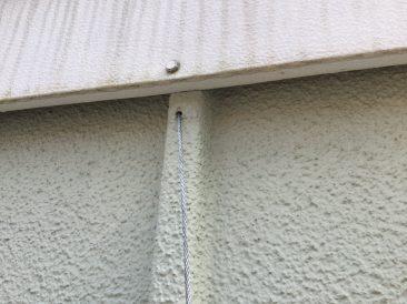Diese Löcher an der Außenwand der Garage brachten mich auf die Idee, eine Palette hier aufzuhängen.