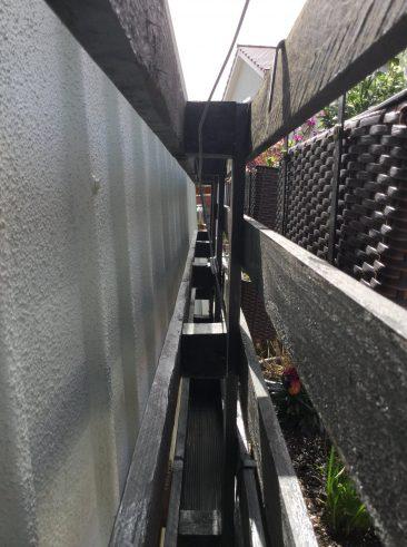 """Das Seil wird in der Garage bis zum nächsten Loch geführt; mittig ist die Palette wie im Text beschrieben aufgehängt. An einer """"normalen"""" Wand wird so ein Projekt am besten gleich mit Dübeln verschraubt. Tipp: Besser nicht nur an so einer dünnen Latte aufhängen. Egal, ob angebunden oder geschraubt."""