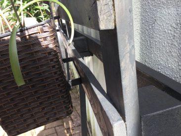 Die >Balkonkästen sind von ihrer Bauweise ganz praktisch. Dank dem Bügel hängen sie optimal und gerade.