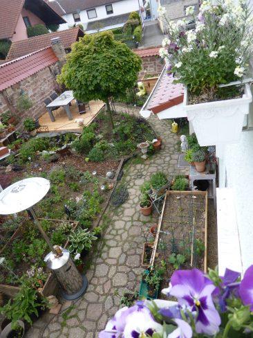 Rasen raus, Garten komplett neu anlegen; mit Hochbeeten und eben einer neuen Holzterrasse. Hier war die Terrasse fast fertig und die Beete gerade bepflanzt.