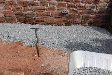 Altes, morsches Holz weg und auf den verdichteten Untergrund Splitt aufbringen.