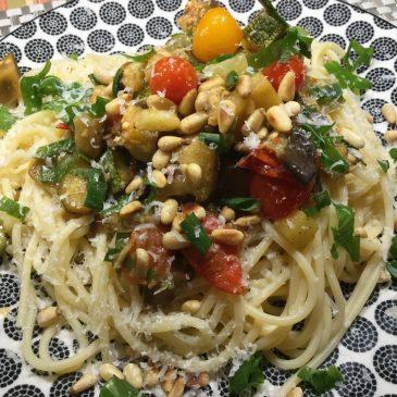 Leichtes Auberginen Rezept mit Tomaten, Zucchini, Limettensaft und Pinienkernen