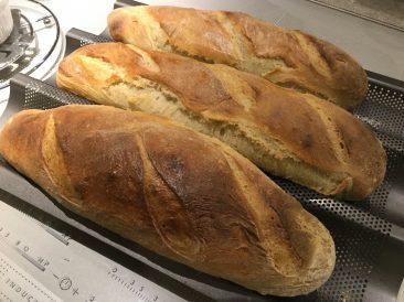 Im Gegensatz zum Beitragsbild ist dieses Brot eingesprüht und bei 250 Grad gebacken. Ergebnis: Dunkler und etwas dickere Kruste.