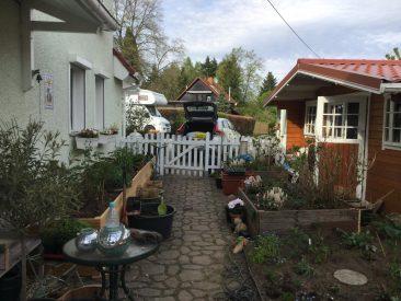 Zudem, links, ein weiteres, das komplett auf Kies und Pflaster steht. Rechts, das Pflaster vor dem Gartenhaus: Auch eine Lösung: Blumenhochbeete auf dem Pflaster. Hinein kam einfach Unkrautvlies. So kann die Erde nicht auslaufen.