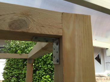 Stehen die vier Pfosten, dann geht es an die Montage des Rahmens. Da gibt es 2 Möglichkeiten: Die Winkel vorher an die Längs- und Querhölzer bündig anschrauben, oder: An die Außenpfosten. Der Abstand von Oberkante zum Winkel sollte dann dem Maß der Längs- und Querhöler entsprechen. Die Rahmenkonstruktion sitzt nun bombenfest.