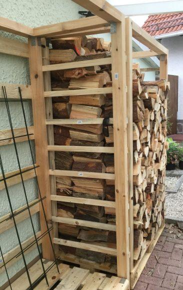 Das war die erste Fuhre, die wir bekamen (sie Bild im Beitrag). EIn Teil davon liegt im Haus. Hier war es übrigens Kiefer. Der nächste Holzunterstand bekam Buche.