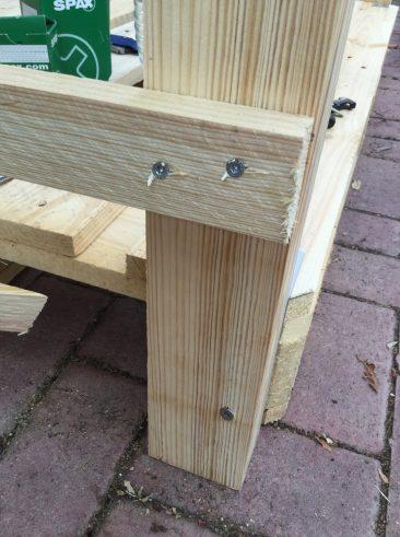 Dann geht es an die Montage der Latten an den Seiten des selbstgebauten Holzunterstandes. Abstand: Etwa 15 cm, da, wie gesagt, nach Augenmaß montiert.