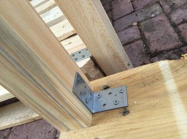 Auf der Palette geht das selbstredend auch. Gleich, ob man das 2 m lange Kantholz nun einkürzt oder nicht.