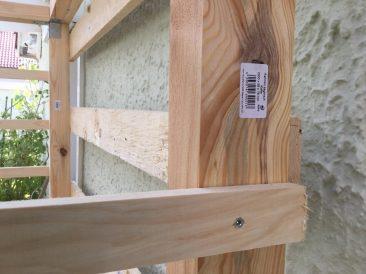 Hiernach folgen die Bretter der Rückseite. Diese haben etwa einen Abstand von 20 cm, wobei die erste von unten etwas tiefer angesetzt ist.