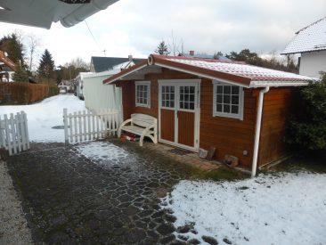 Noch dazu: Mit 15 m2 ein viel zu großes Gartenhaus, dass auch noch viel zu viel unnötiges Pflaster vor dem Eingang hatte...