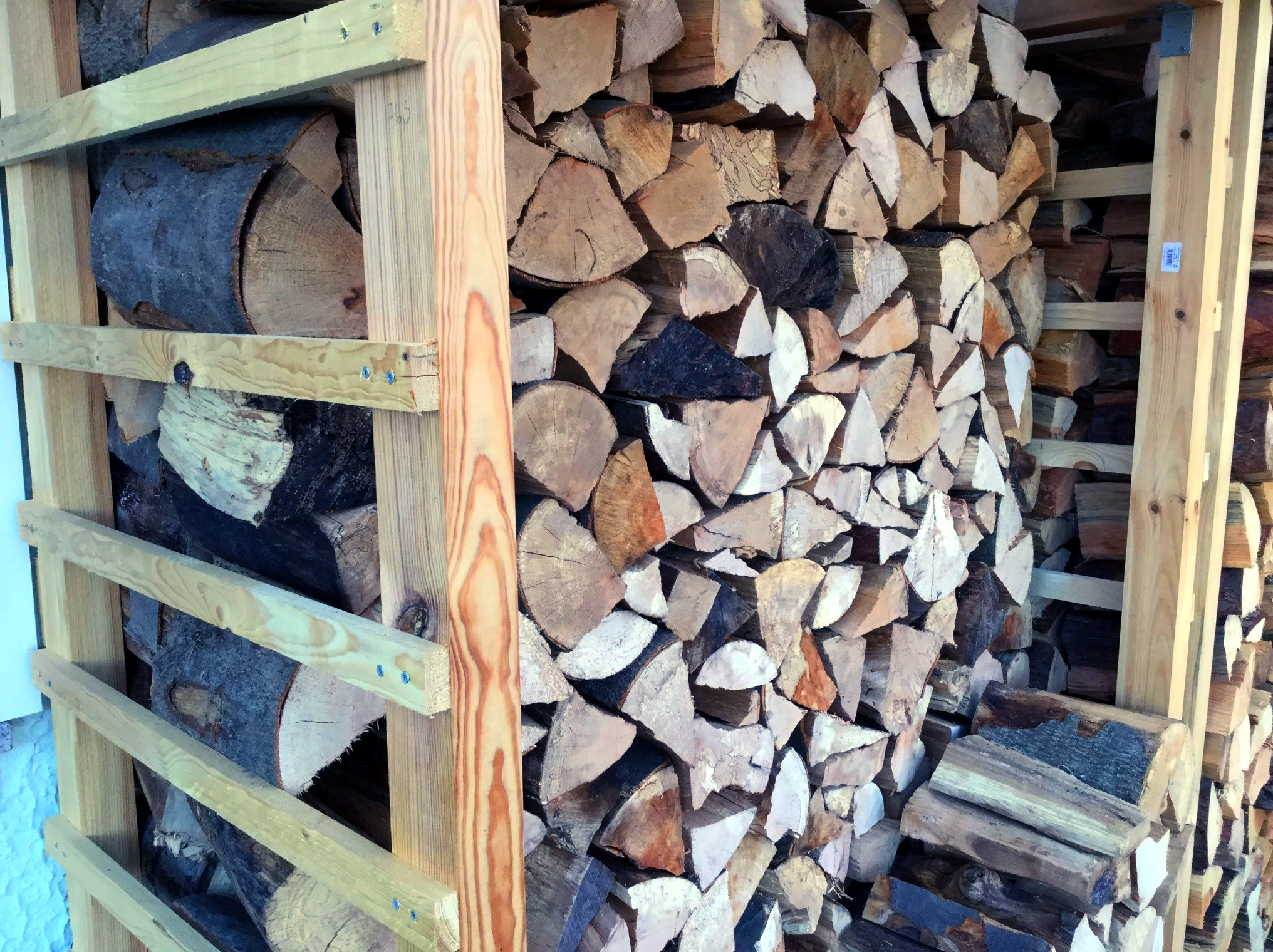 Paletten Upcycling Anleitung, um Holzunterstand selbst zu bauen