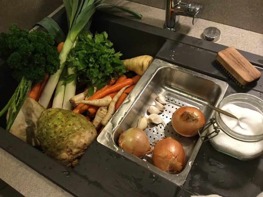 Gemüsepulver selber machen ohne Salz und Gemüsefond oder Gemüsebrühe aus Abfällen kochen