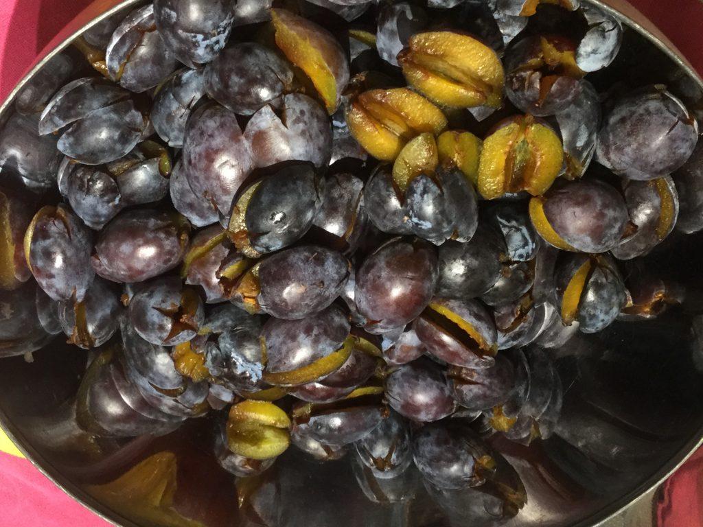 Einkochen: Rezept für Pflaumen oder Zwetschgen süß sauer