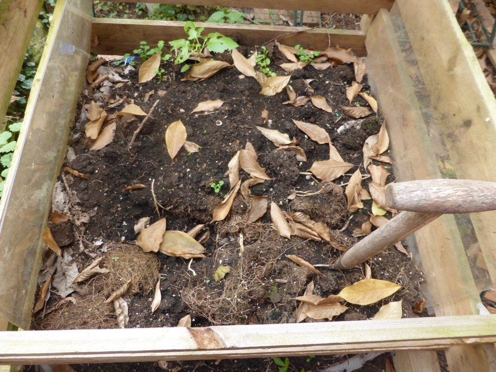 Eine beispielsweise mit Kompost verbesserte Gartenerde hält mehr Wasser.